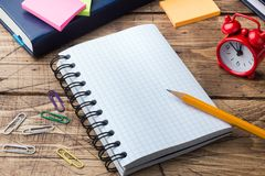 Potlood en blocnote met spiraal op het houten geweven bureau en de school van het lijstconcept Selectieve nadruk De ruimte van he stock afbeelding