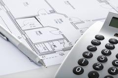 Potlood en calculator op blauwdruk van vloerplan stock fotografie