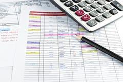 Potlood en calculator op document wordt geplaatst dat Royalty-vrije Stock Fotografie