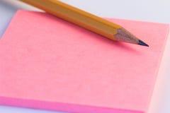 Potlood en een document omhoog dichte nota Eenvoudige potlood en document nota Royalty-vrije Stock Afbeeldingen