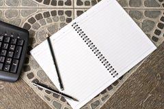 Potlood en pen op nota en toetsenbord Stock Afbeeldingen