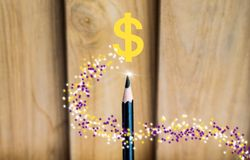 Potlood met lamp, dollar op houten raadsachtergrond het gebruiken van behang of achtergrond voor onderwijs, bedrijfsfoto Neem not Royalty-vrije Stock Afbeeldingen