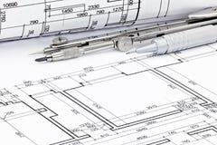 Potlood met tekeningskompas en gerolde plannen van architecturale bl Royalty-vrije Stock Foto's