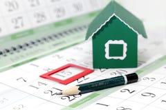 Potlood op de achtergrond van een karton groen huis Stock Afbeelding