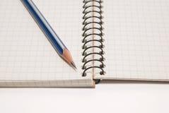 Potlood op de pagina's van een open notitieboekje voor verslagen royalty-vrije stock afbeelding