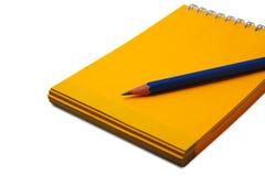 Potlood op een geïsoleerdd notitieboekje Royalty-vrije Stock Fotografie