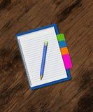Potlood op notitieboekje, creatieve zaken op houten textuur Stock Afbeeldingen