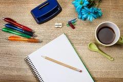 Potlood, pennen en een notitieboekje Royalty-vrije Stock Afbeelding