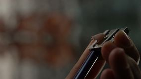 Potlood van de hand dient het scherpende kleur, houten spaanders, crisis van ideeën, verwezenlijking in stock footage