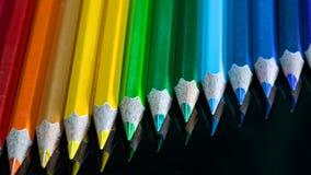 potloodkleuren op een zwarte glasmacro stock afbeelding