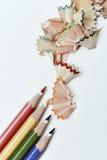 Potloodkleurpotloden en spaanders van verschillende kleuren stock afbeeldingen
