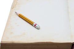Potloodplaats op oud notaboek Stock Foto's