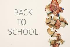 Potloodspaanders en tekst terug naar school stock afbeeldingen