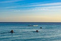 PotoMaripeople на заходе солнца - взглядах Curacao пляжа Стоковая Фотография RF
