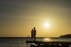 PotoMaripeople на peir на заходе солнца - пристаньте взгляды к берегу Curacao Стоковое Изображение RF