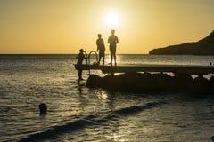 PotoMaripeople на peir на заходе солнца - пристаньте взгляды к берегу Curacao Стоковое фото RF