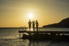 PotoMaripeople на peir на заходе солнца - пристаньте взгляды к берегу Curacao Стоковое Изображение