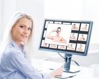Potomstw, atrakcyjnej i ufnej kobieta pracuje w biurze, zdjęcie royalty free