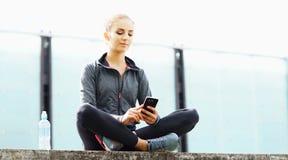 Potomstw, dysponowanej i sporty brunetki dziewczyna w sportswear, Kobieta robi sportom plenerowym zdjęcie royalty free