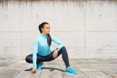 Potomstw, dysponowanej i sporty dziewczyna w ulicie, Sprawność fizyczna, sport, miastowy jogging i zdrowy stylu życia pojęcie, Zdjęcie Stock