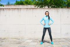 Potomstw, dysponowanej i sporty dziewczyna w ulicie, Sprawność fizyczna, sport, miastowy jogging i zdrowy stylu życia pojęcie, Obraz Stock