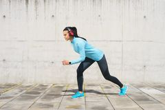 Potomstw, dysponowanej i sporty dziewczyna w ulicie, Sprawność fizyczna, sport, miastowy jogging i zdrowy stylu życia pojęcie, Fotografia Stock