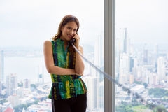 2 potomstw Latina bizneswoman Z Depeszującym telefonem W Nowożytnym Offi fotografia stock