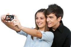 Potomstw para bierze auto portret z kamerą. zdjęcia royalty free