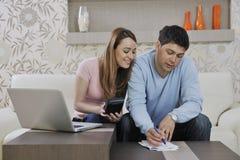 Potomstw pary działanie na laptopie w domu obrazy stock