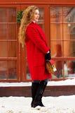 Potomstw, pięknej i eleganckiej blondynka włosy dziewczyna w czerwonym żakiecie z torebki odprowadzeniem przez miasto ulic i, Kob Zdjęcie Stock