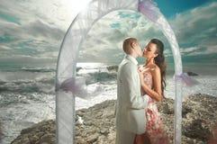 Potomstw, seksownego i atrakcyjnego pary pozycja pod łukiem podczas, poślubia Obraz Stock