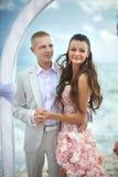 Potomstw, seksownego i atrakcyjnego pary pozycja pod łukiem podczas, poślubia Obrazy Royalty Free