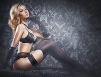 Potomstw, seksownej i pięknej kobieta w bieliźnie w łóżku, Obrazy Stock