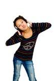 potomstwa Amerykanin afrykańskiego pochodzenia nastolatek słuchający muzyczny Zdjęcia Royalty Free