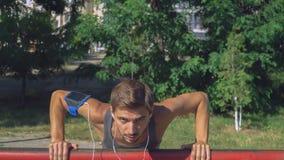 Potomstwa bawją się faceta gniosącego od tubk w parku outdoors zdjęcie stock
