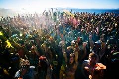 Potomstwa, dekorujący ludzie uczestniczą w Holi festiwalu kolory w Vladivostok zdjęcia royalty free