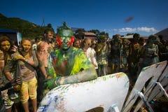 Potomstwa, dekorujący ludzie uczestniczą w Holi festiwalu kolory w Vladivostok obrazy royalty free