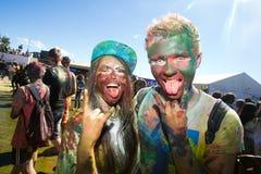 Potomstwa, dekorujący ludzie uczestniczą w Holi festiwalu kolory w Vladivostok zdjęcie royalty free