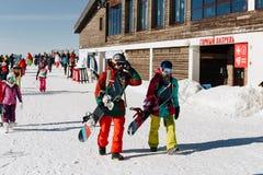 Potomstwa dobiera się z snowboards w ośrodku narciarskim Sochi Russia, Styczeń -, 2017 - obrazy royalty free