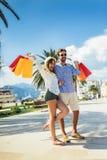 Potomstwa dobierają się z torbami na zakupy chodzi schronieniem turystyczny denny kurort zdjęcia royalty free
