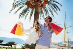Potomstwa dobierają się z torbami na zakupy chodzi schronieniem turystyczny denny kurort obrazy stock