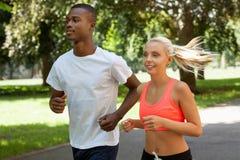 Potomstwa dobierają się biegacza jogger w parkowym plenerowym lecie obrazy stock