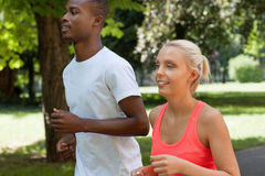 Potomstwa dobierają się biegacza jogger w parkowym plenerowym lecie obraz royalty free