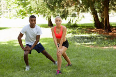 Potomstwa dobierają się biegacza jogger w parkowym plenerowym lecie fotografia royalty free
