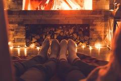 Potomstwa dobierają się blisko graby zimy nóg zakończenia w domu obrazy stock