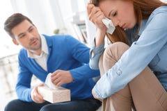 Potomstwa dobierają się czekanie dla psychologia problemów dziewczyny sesyjnego rodzinnego płaczu fotografia stock