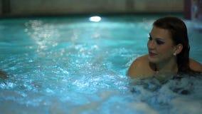 potomstwa dobierają się dopłynięcie w basenie z siklawą i podwodnymi światłami zbiory