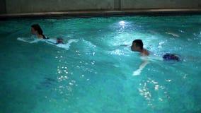potomstwa dobierają się dopłynięcie w basenie z siklawą i podwodnymi światłami zdjęcie wideo
