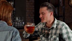Potomstwa dobierają się gawędzenie, podczas gdy pijący piwo wpólnie zbiory
