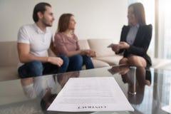 Potomstwa dobierają się i bizneswoman dyskutuje transakcję, ostrość na contrac Zdjęcie Stock